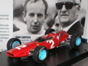 Un modellino della 158 campione del mondo nel 1964 (sullo sfondo Surtees e Ferrari)
