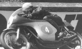 John Surtees e Mike Hailwood, gli unici due piloti titolati sia con le due che con le quattro ruote
