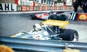 Jack Brabham nel guard rail della curva del Gasometro