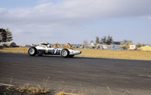 Surtees su Ferrari 158 con il colori NART