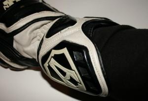 protezione rigida del polso con cinturino di fissaggio