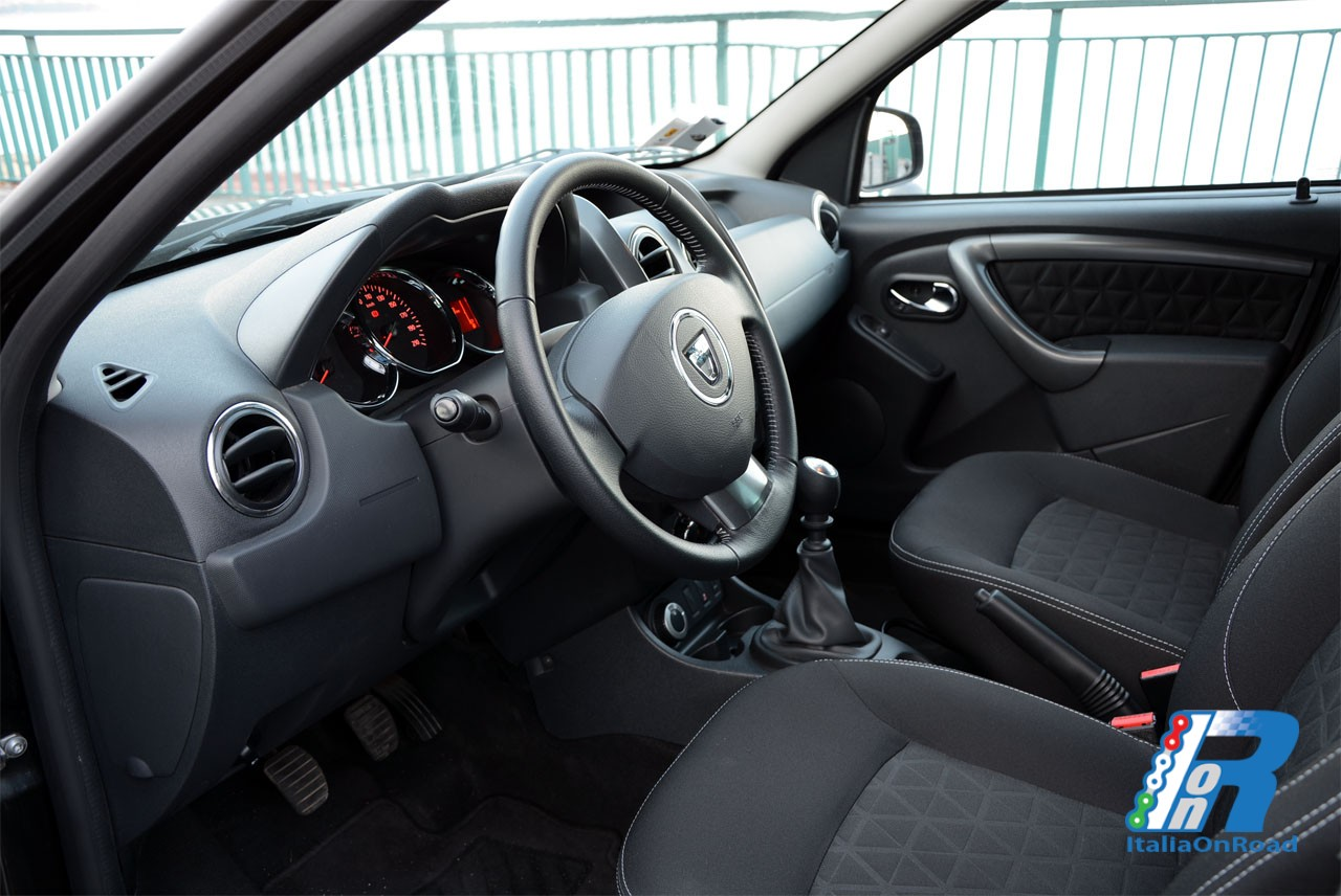 Prova dacia duster titan grandi dimensioni a basso costo for Dacia duster 2017 interni