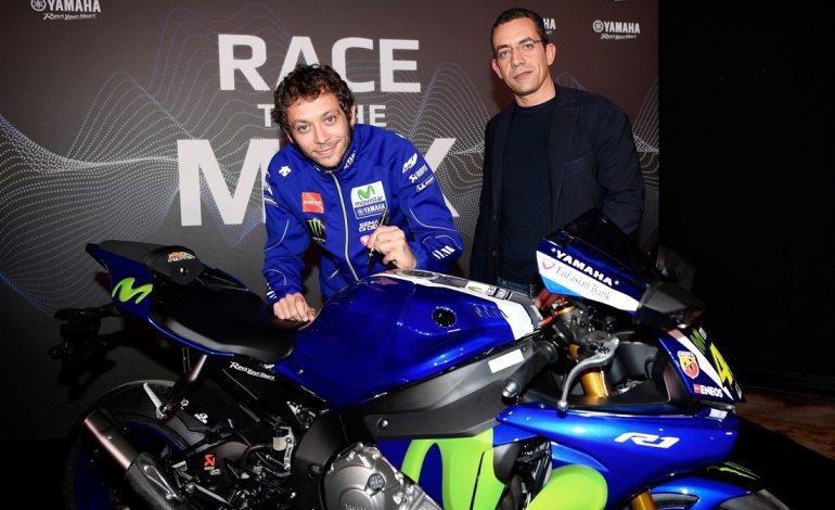 Yamaha e Valentino Rossi consegnano la Yamaha YZF-R1 al vincitore dell'asta CharityStars